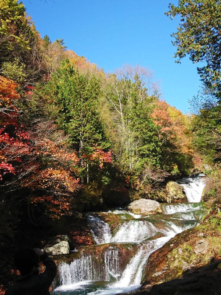 紅葉のおしどり隠しの滝
